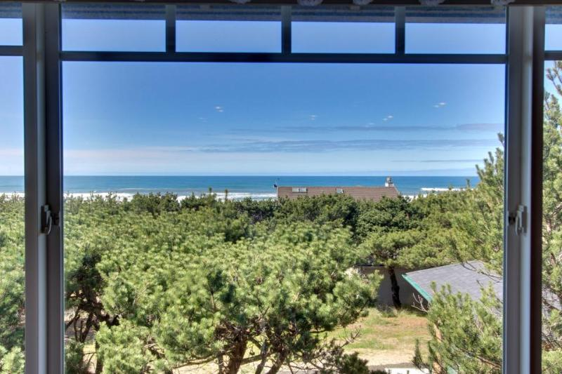Oceania Beach House - Great Ocean Views, Close to Oregon Coast Aquarium - Image 1 - Waldport - rentals