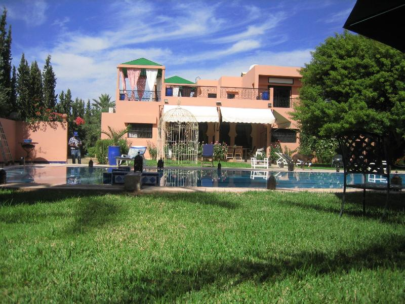 Pool terrace and overview of the villa - Villa situé à 10 km de marrakech ferme de 15000 m2 - Marrakech - rentals