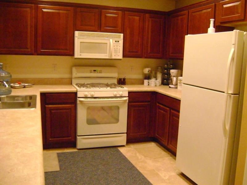 Full size kitchen (has newer refrigerator with ice and water on door) also has side by side freezer - Arizona central sleeps 8 entire home for rent - Maricopa - rentals