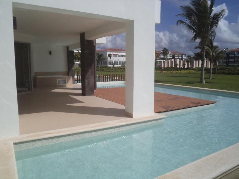Beautiful private terrace with jacuzzi and wading pool with views of gardens, steps away from pool. - Playa del Carmen Grand Coral Mareazul condo - Playa del Carmen - rentals