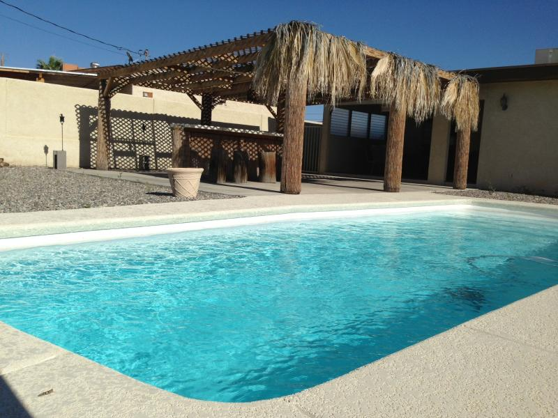 Pool & Bar - Beautiful 4bed/3bath Lake Havasu City home w/ pool - Lake Havasu City - rentals