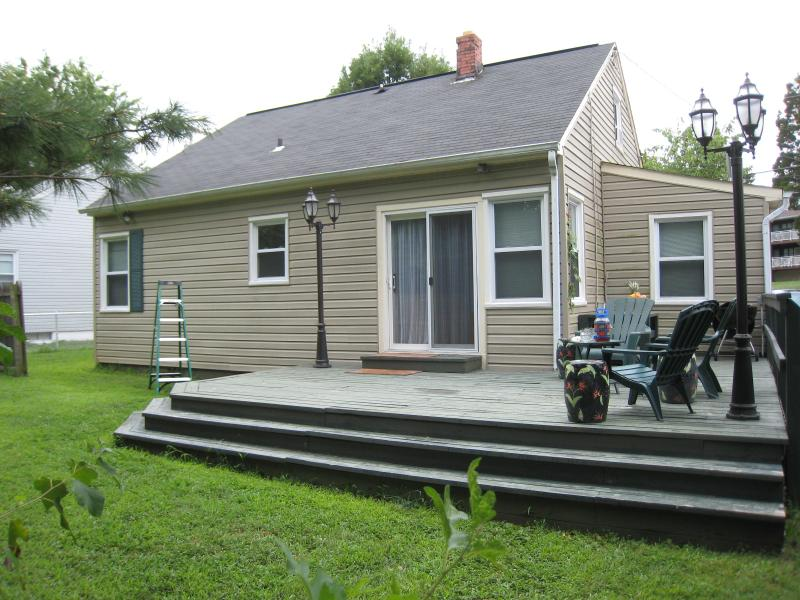Back Porch with barbecue and party area - Snug Harbor USNA Cottage in Eastport Annapolis - Annapolis - rentals