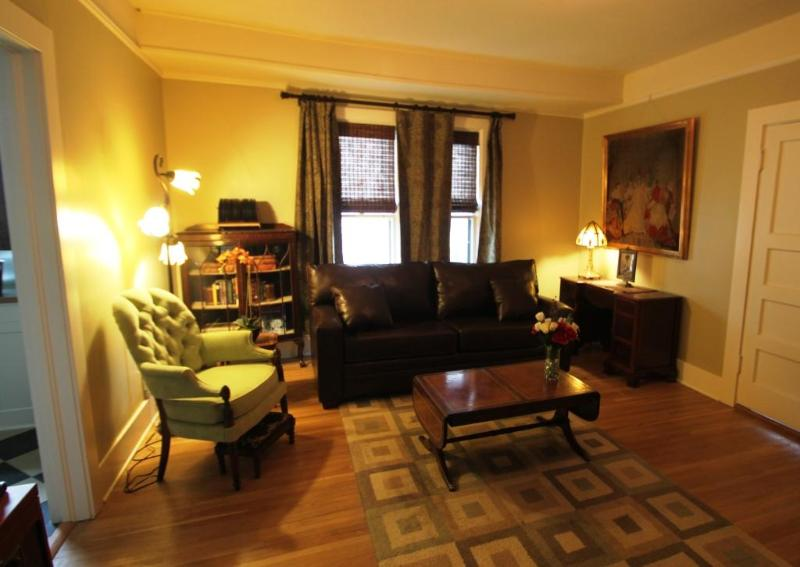 Living room looking east - Urban Delight w/Outdoor Spa & Wifi - Portland - rentals