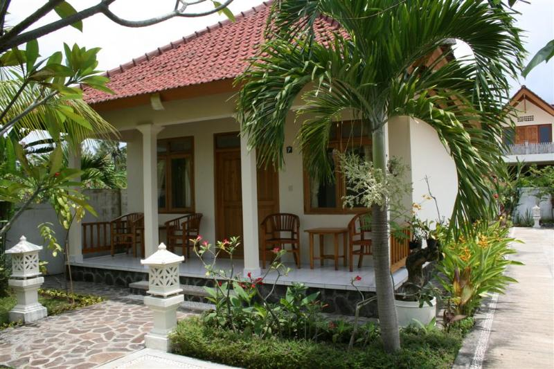 family bungalow - Bungalows in a beautiful garden next to the beach - Lovina - rentals