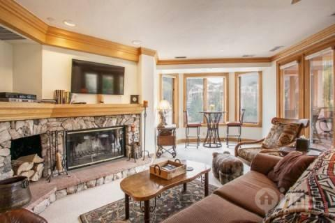 Gather with friends & family in the modern mountain Great Room looking out on Strawberry Park. Enjoy the fire, flat screen TV/DVD, seating nook for 2. - Beaver Creek Lodge 421 - Beaver Creek - rentals