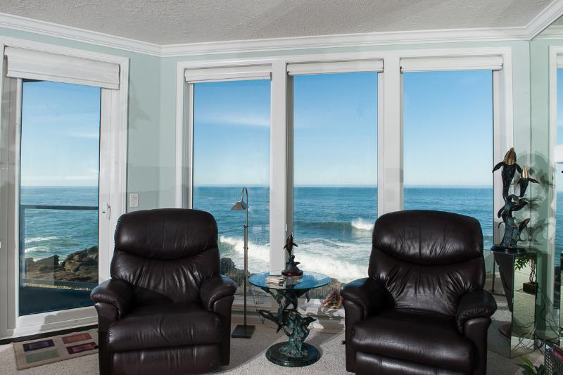 Oceanfront Living Room - Book now at www.KeystoneVacationsOregon.com - Beautiful Oceanfront Condo-HDTV/WiFi, Pool/Hot Tub - Depoe Bay - rentals