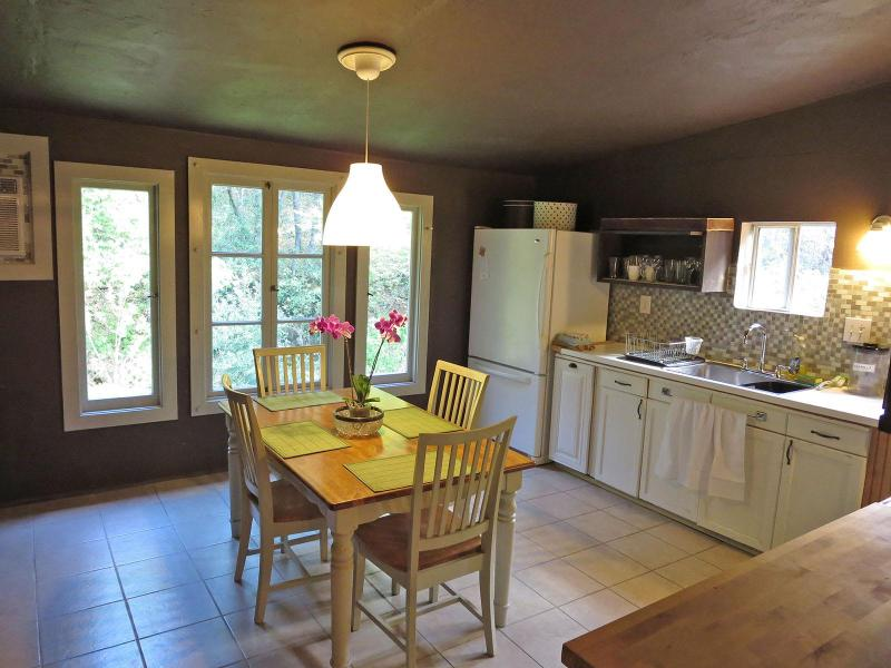 Kitchen overlooking the garden - Eleanor's Homestay Retreat - Napa - rentals