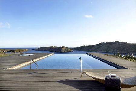 Gated Modern Ses Vistes on peninsula boasts panoramic views, infinity pool & close to beach - Image 1 - Cadaques - rentals