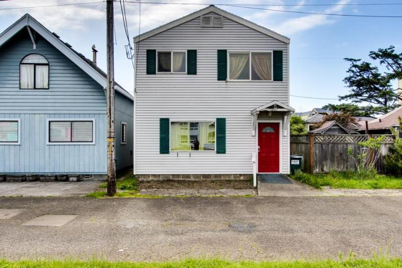 Colorful & retro, only a block to the beach! - Image 1 - Rockaway Beach - rentals