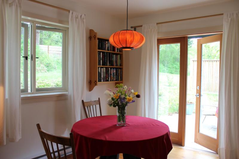 dining table - Gallery B&B - Salt Spring Island - rentals