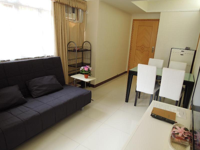 Living Room with Bright Natural Sunlight - Times Square Cozy 3-Room Apartment - Hong Kong - rentals
