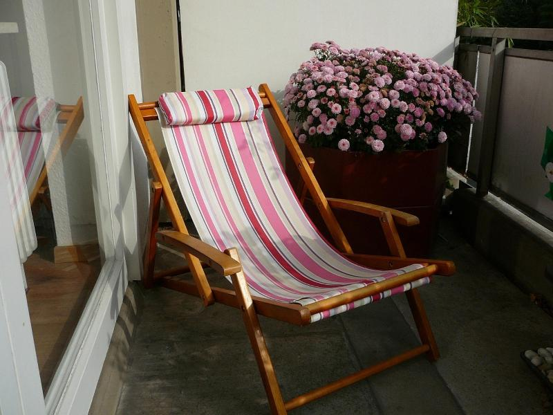 relaxing on the balcony - 4 persons, 2 bedrooms, kitchen, balcony, central - Cologne - rentals