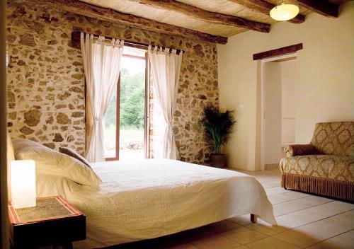 Reax in the peaceful bedroom. - The Guardian's Cottage - Busserolles - rentals