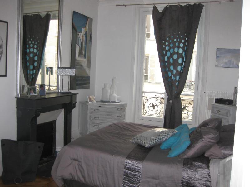 parents bedroom with private bathroom - Very Chic Apartment for 6 in rue Levis, Paris - Paris - rentals