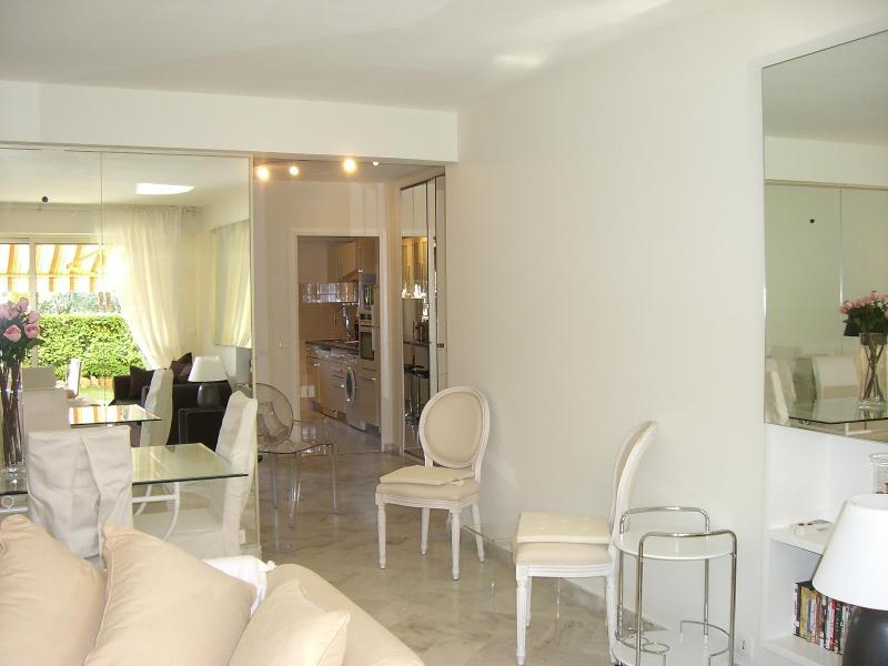 Luxury ground floor 2 bedroom apartment with pool - Image 1 - Cannes - rentals