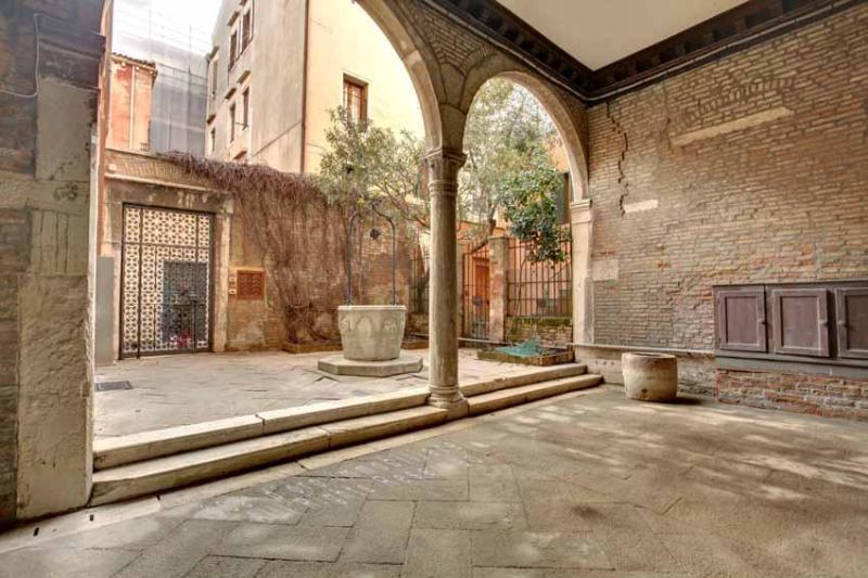 building entrance in typical Venetian style - Apartment Scala Reale, few step to Casinò di Venezia, near to Jewish Ghetto, 12/15 minutes walk to Rialto - Venice - rentals