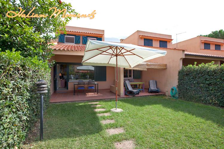 Private garden with sunbeds, BBQ and parasol. - Bungalow by the beach - Pescia Romana - rentals