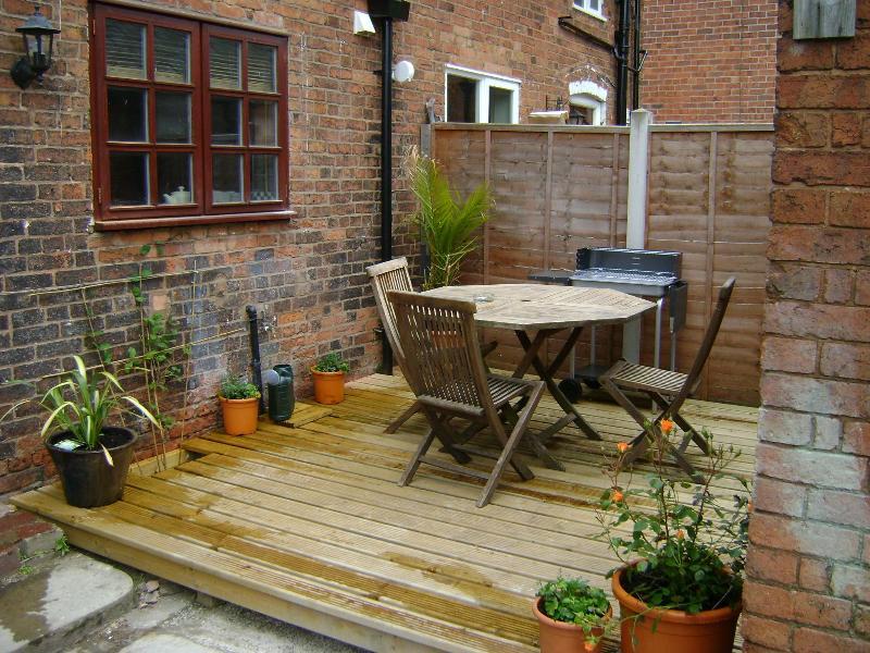 Decking Area - Woodman's Cottage - Edwinstowe - rentals