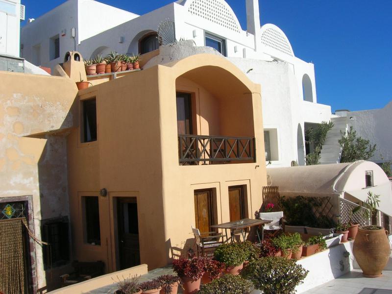 VINA VILLA with balcony above living room - VINA VILLA - Oia - rentals