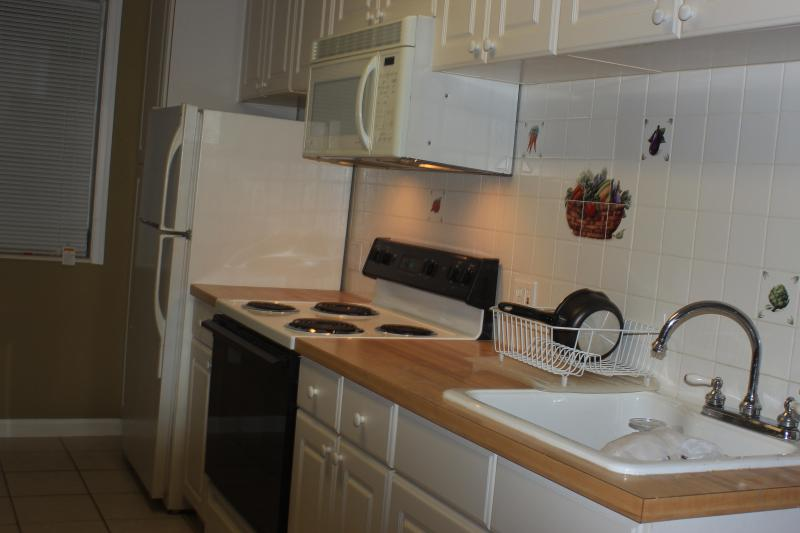 Kitchen with top of the line utensils and microwave - Intracoastal living 1/1 - West Palm Beach - rentals