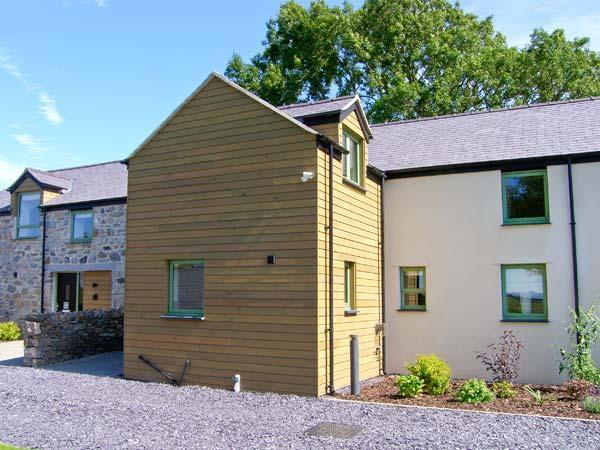TREFWRI, quality cottage with en-suite, rural location, ideal for beaches, walking, in Brynsiencyn, Ref 23279 - Image 1 - Brynsiencyn - rentals