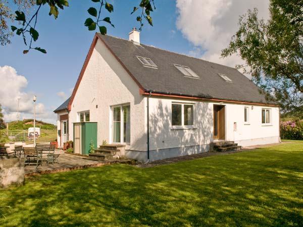 ARDNISH, dog-friendly cottage, rural setting, woodburner, garden Ref 24401 - Image 1 - Acharacle - rentals