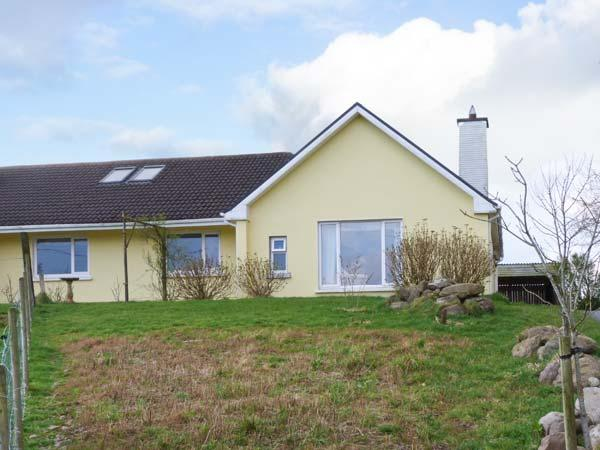 AN TIG BUI, annexe with multi-fuel stove, lawned gardens, parking, near Cahersiveen, Ref 22037 - Image 1 - Cahersiveen - rentals