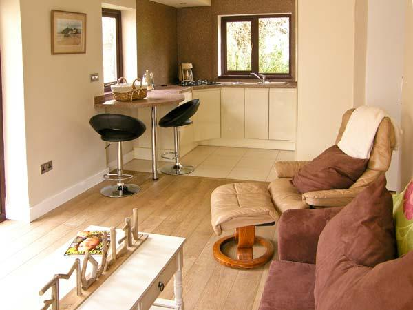 THE GARDEN FLAT, single-storey pet-friendly cottage close to beach in Saundersfoot Ref 22154 - Image 1 - Saundersfoot - rentals