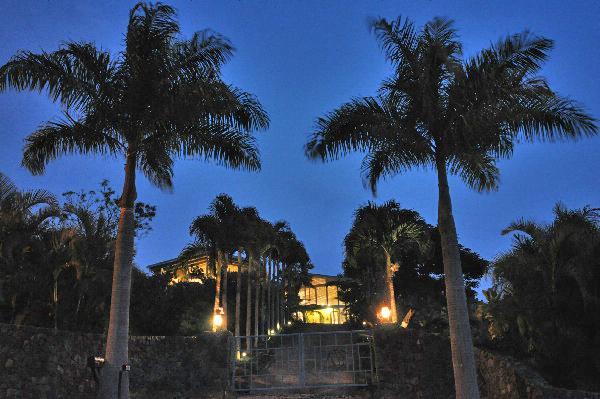 View of the Turtle House looking up drive from street - 2 Bed 2 Bath gated acre tropical estate sleeps 4-7 - Kailua-Kona - rentals