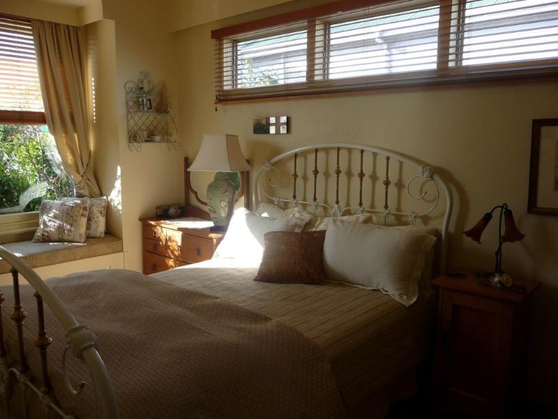 queen bedroom - Devonport views - Auckland - rentals