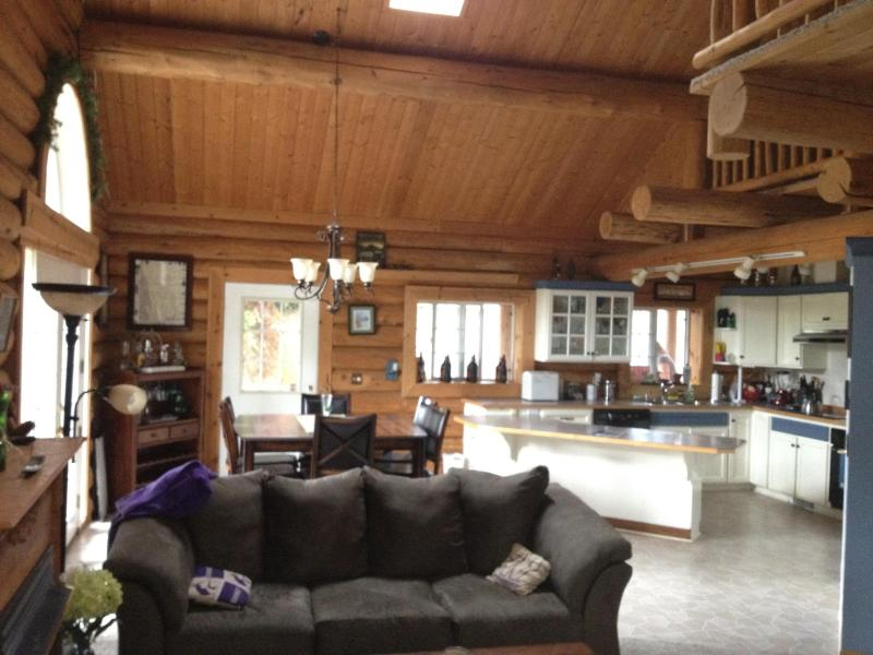 Kitchen and dining room - Beautiful Log Home on Lake - Olympia - rentals