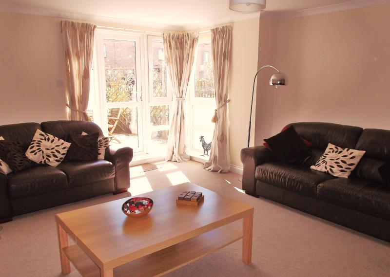 Sunny livingroom at 27 Brunswick Road with french doors leading to south facing garden terrace - City Centre Apartment - garden, parking and wi-fi - Edinburgh - rentals