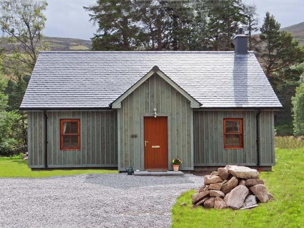 MORVEN COTTAGE, single-storey lodge with multi-fuel stove, fishing, close Ballater Ref 15508 - Image 1 - Ballater - rentals