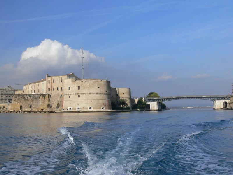 Taranto castle and turning bridge, just 10 minutes walk - Sun & Sea apartment in city centre near waterfront - Taranto - rentals