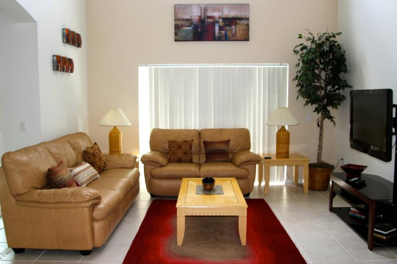 Living room, large & airy with high ceilings to help keep you cool & huge TV to keep you entertained - Lake Berkley 5BR/3B 10min Disney SOUTH facing pool - Kissimmee - rentals
