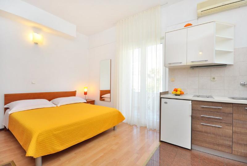 Apartments and Rooms Zlatko - 38201-A9 - Image 1 - Podstrana - rentals