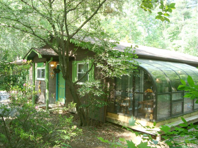 STONEY CREEK CABIN: Private/2 Wood Acres in Town/ 3BR/2BA/Sunroom/Hot Tub/Gas Fireplace/Kid Friendly - Luxury Cabin/Forest/Creek/Hot Tub/FP/Kid Friendly! - Hendersonville - rentals