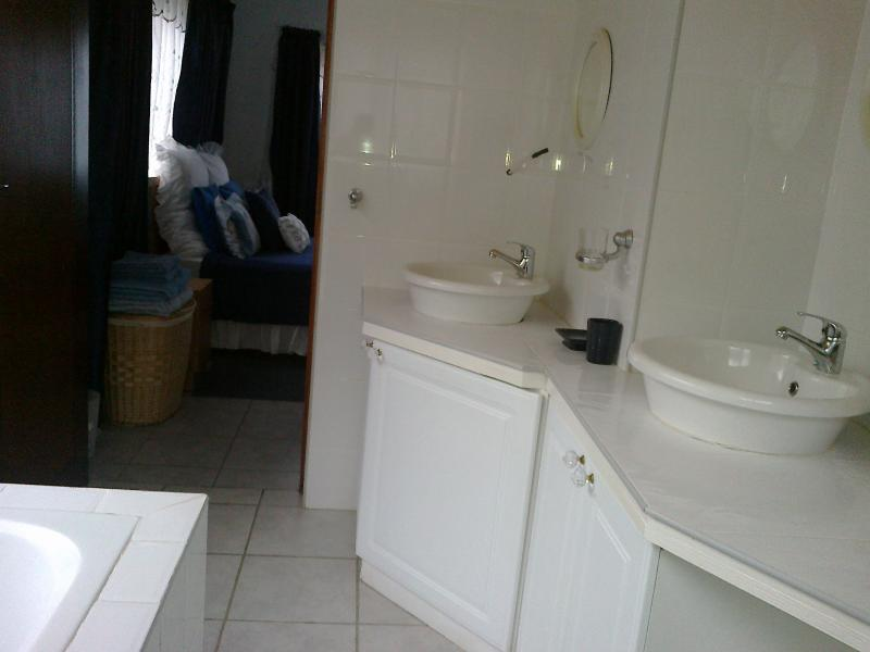 En-suite bathroom 1 - Indianruby Guesthouse, Plettenberg Bay - Plettenberg Bay - rentals