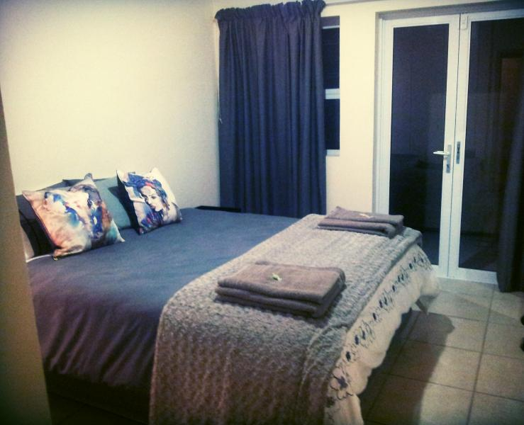 Lovely Queen size bed, with cotton bedding - Knysna Central - Modern apartment - Knysna - rentals