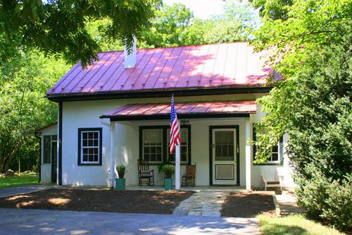 The John Wayne Lodge is situated on a quiet, shady part of Rosemont's 60 acre grounds. - John Wayne Lodge at Historic Rosemont Manor Estate - Berryville - rentals