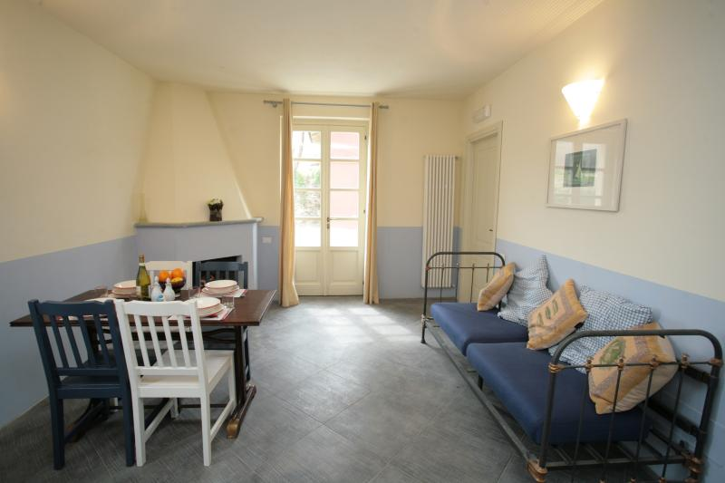 Another view, with the single sofa bed on the right - Cosy one-bed apartment in restored country house - Torrazza Piemonte - rentals
