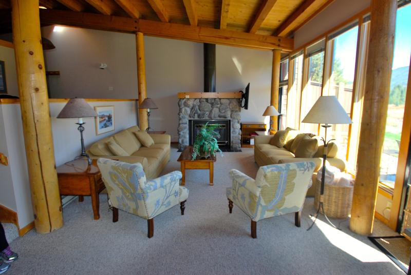Plenty of seating for your family or group - Free shuttle, pool, king bed, fireplace, views - Keystone - rentals