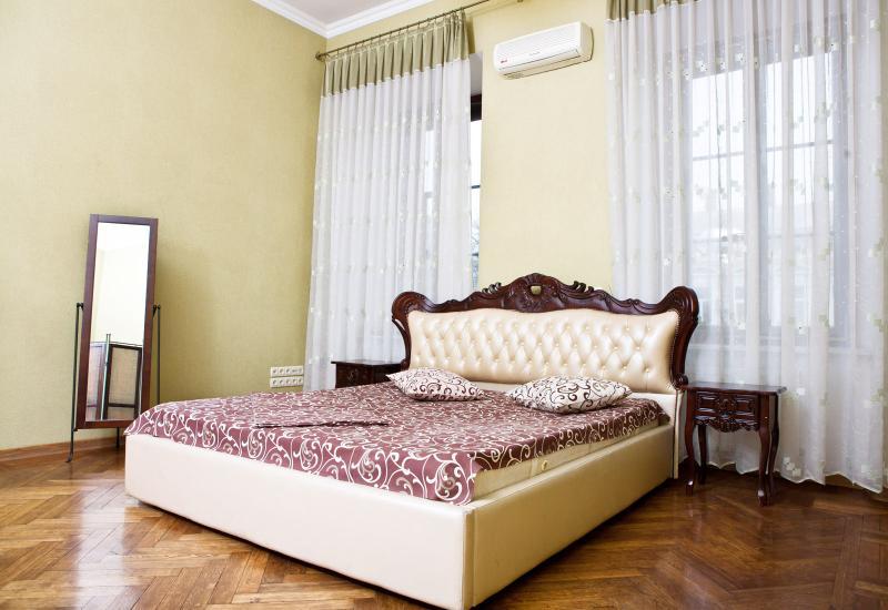 150m from Deribasovskaya str., old-fashioned house, 2nd floor, front windows - Image 1 - Odessa - rentals