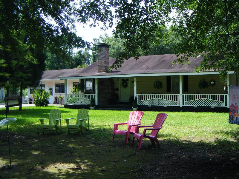 Front yard - Pine Lily Retreat - Lacombe - rentals