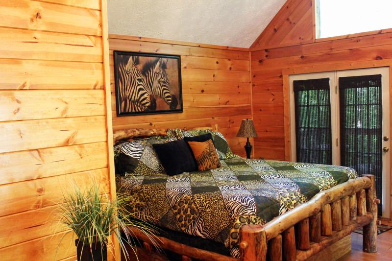 Spacious King Bed - Pigeon Forge Cabin - JUNGLE FEVER - Pigeon Forge - rentals