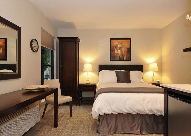 Queen bed - DuPont Circle-Adams Morgan Studio-Kitchenette, Parking, Metro 3 blks - Washington DC - rentals