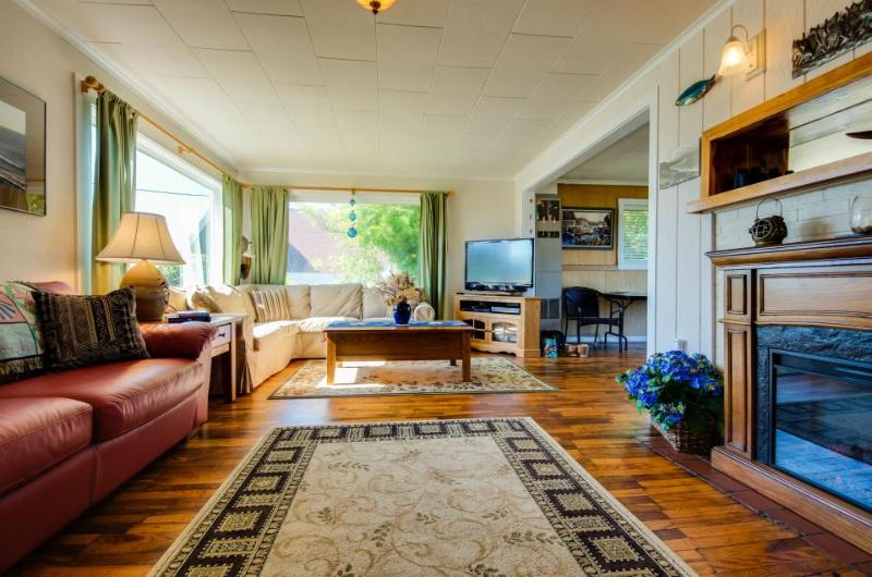 Cozy cottage with ocean views, walking distance from town! - Image 1 - Depoe Bay - rentals