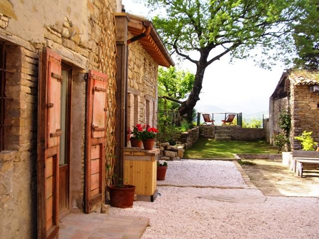 Front of the cottage - Charming stone cottage with pool & wonderful views - Pievebovigliana - rentals