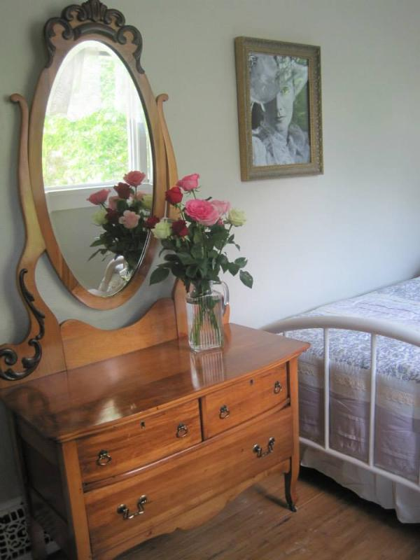 The Greta Room - Double Bed - Beautiful Victorian Home Rental - Lethbridge - rentals