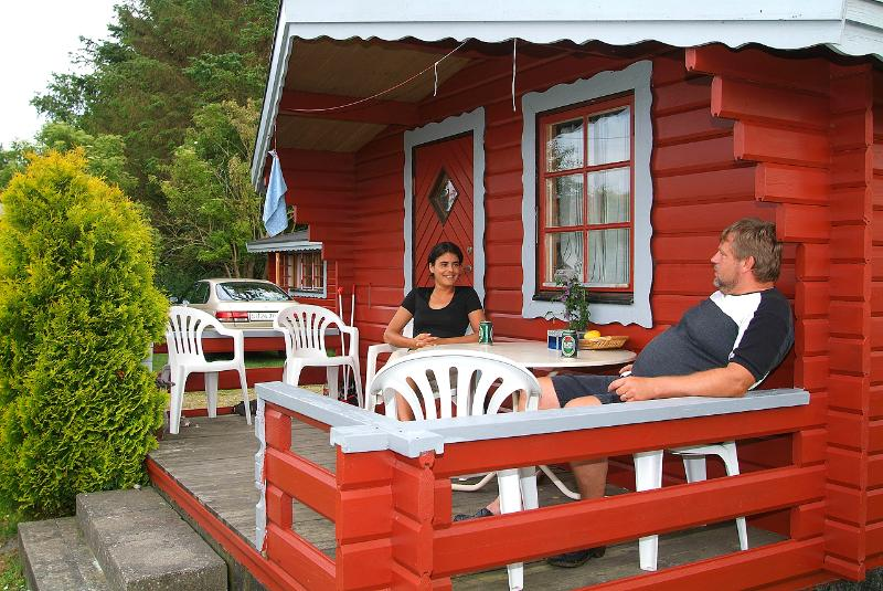 Relax on the porch - 8 camping cabins with 4 beds each. - Storvorde - rentals